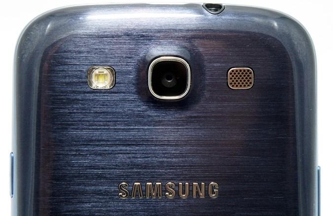 Galaxy S3 noir dos zoom - Galaxy SIII enfin dévoilé