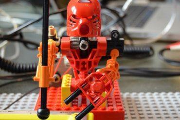 robot percussions 370x247 - Des LEGO jouent des percussions...