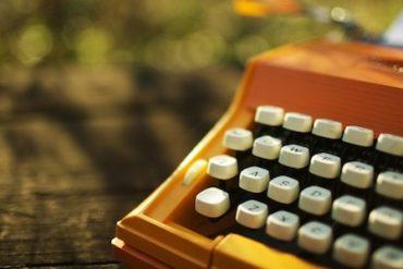 machine ecrire 370x247 - Le blogueur est un p'tit con...