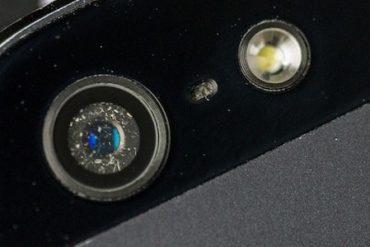 poussiere dust iphone 370x247 - Enlever la poussière sous la lentille iPhone 5