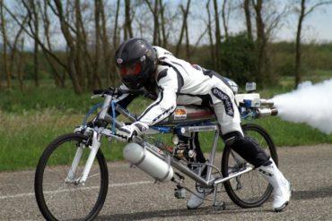 velo fusee 370x247 - Il dépasse les 300 km/h sur un vélo !
