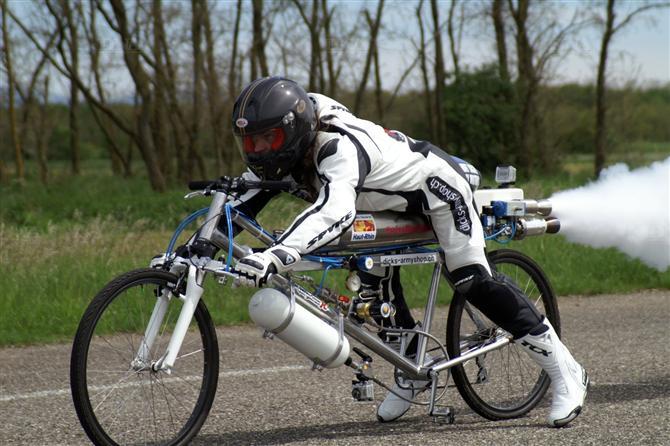 velo fusee - Il dépasse les 300 km/h sur un vélo !
