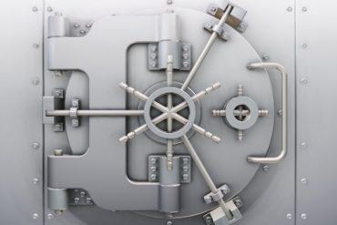 coffre fort 370x247 - Comment sécuriser ses accès et améliorer sa gestion des mots de passe?