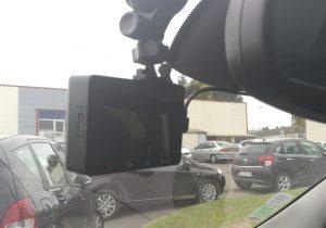 Xiaomi Yi Car brise 300x210 - Test de la caméra Yi Dashcam