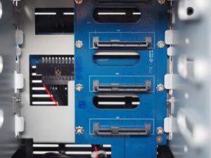 DS418j connexion SATA SAS 300x225 - NAS - Test du Synology DS418j : l'entrée de gamme performant