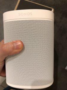 sonos Gen2 avant 225x300 - Test de l'enceinte Sonos One (Gen 2)