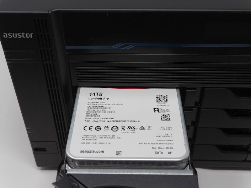 inserer disque - NAS - Test de l'ASUSTOR AS6508T (Lockerstor 8)