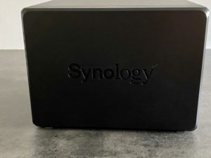 synology cote 300x225 - NAS - Nettoyer son boitier Synology
