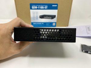 QNAP QSW 1105 5T cote 300x225 - Test du QNAP QSW-1105-5T : Switch 5 ports 2,5 Gbit/s